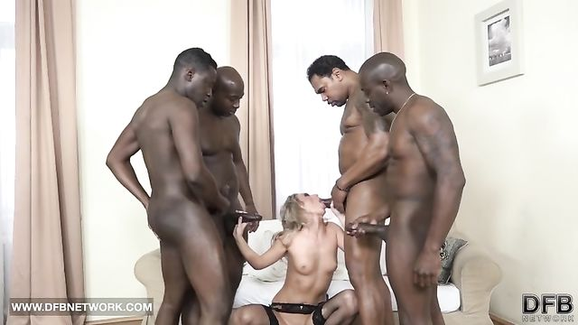Худую блондинку рвут на части 4 черных