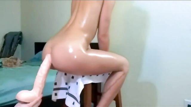 Очень глубокая анальная мастурбация