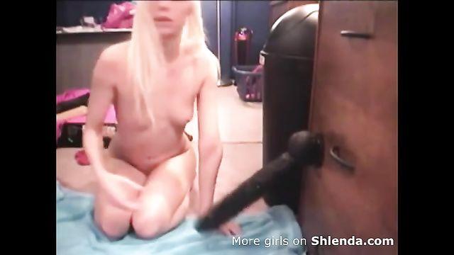 Худая блондинка с огромным толстым черным членом в анале