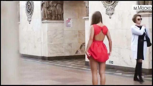 Не порно: Анна Довгалюк задирает юбку в метро