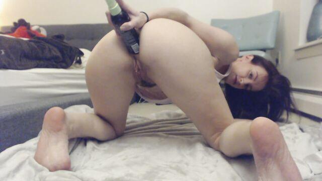 Домашнее порно: Мастурбация худой попы бутылкой от крема