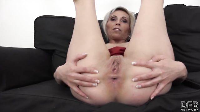 Старушка обожает секс с большими толстыми длинными членами
