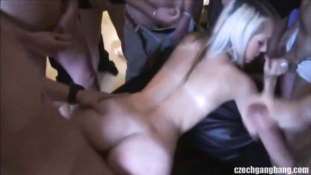 Парни кончают девушкам в киски - сборник порно видео