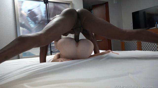 Мощные оргазмы от глубокого секса с большим толстым членом