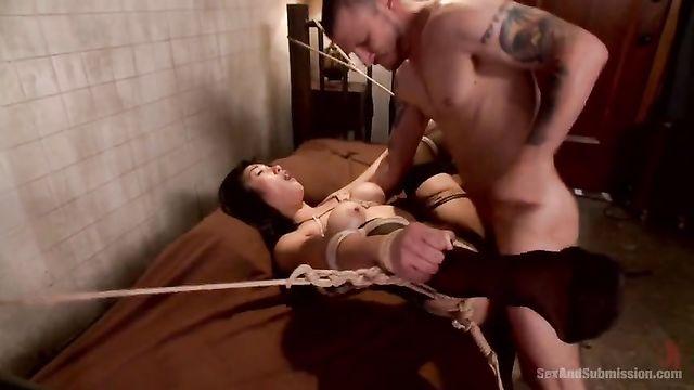 Азиатку, связанную веревками парень трахает в анал