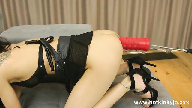 Hot Kinky Jo долбит в анал секс машина большим толстым членом