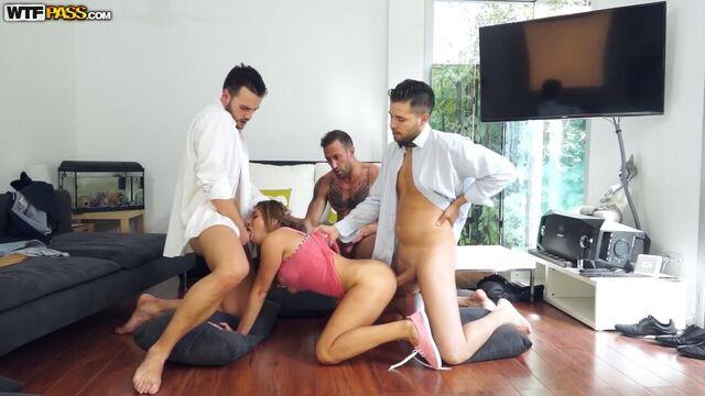 Студентка МГИМО Элли Брилсен в групповом гэнг бэнге с тремя парнями