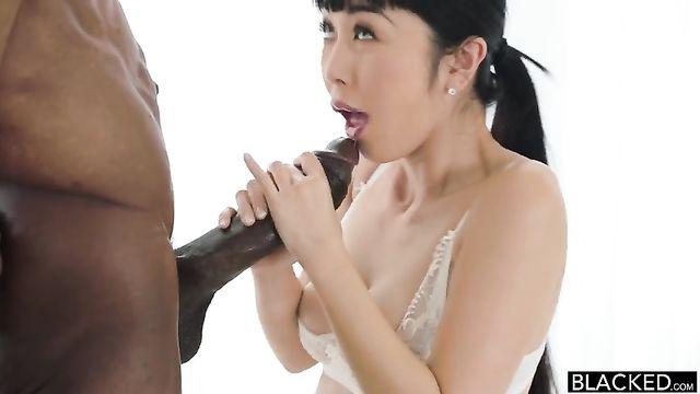 Межрасовое порно: Слишком большой член для нежнй киски азиатки