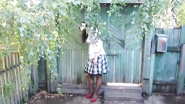 Русская брюнетка пописала возле параши крупным планом