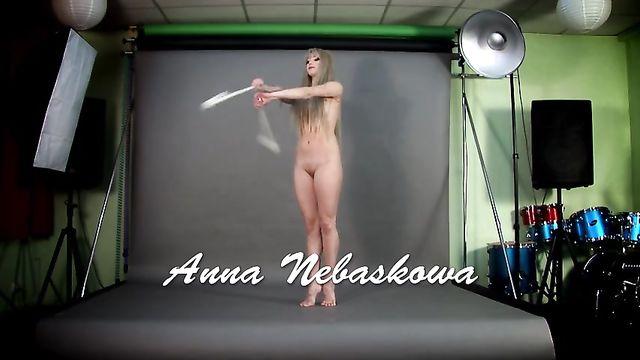 Голая красотка на порно кастинге показывает гимнастические способности