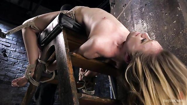 Связанная сексуальная рабыня не может сопротивляться господину