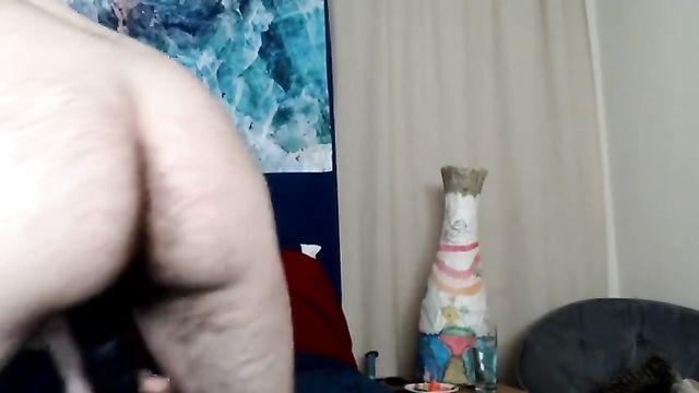 Реальный гермафродит мастурбирует перед камерой