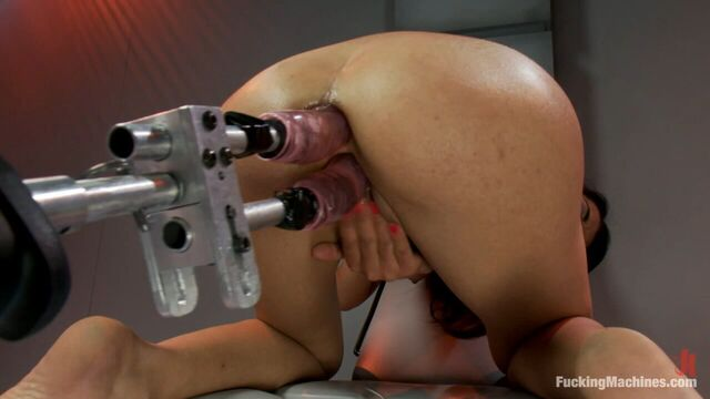 Секс машина долбит брюнетку Лу Шармель в анал и киску