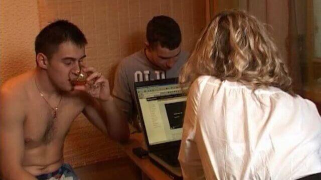 Будни пьяных русских молодых студентов во время карантина