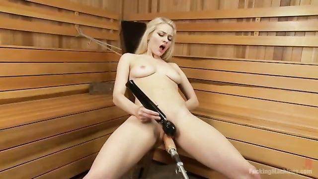 FuckingMachines: Блондинку в баньке долбит секс машина!