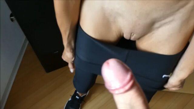 Быстрый секс стоя на полу с фитнесс девушкой
