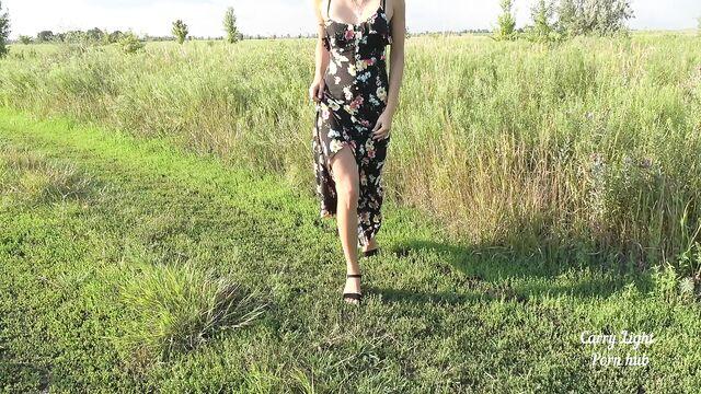 Быстрый секс на свежем воздухе с милашкой в длинном платье