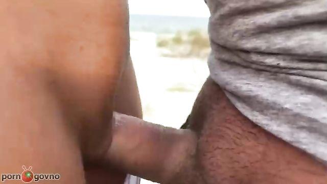 Быстрый секс на берегу моря на свежем воздухе стоя