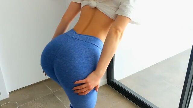 Быстрый секс с фитнес моделью стоя в спортивных лосинах