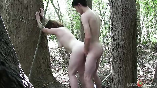 Домашнее порно жаркого секса в лесу на свежем воздухе