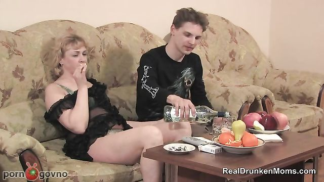 Секс после пьяного застолья со зрелой русской мамашей