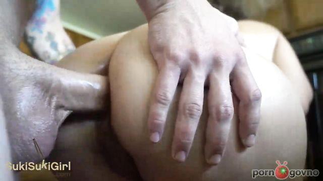 Домашнее порно: Большой член плотно проникает в попку