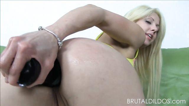 Блондинка трахает себя в анал огромным длинным толстым членом