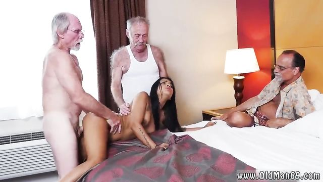 Три седых старика взяли в обороты молодую брюнетку