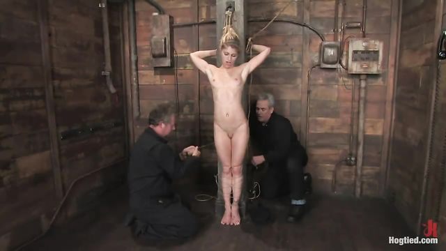 БДСМ и Садо Мазо порно: Худую блондинку разопяли