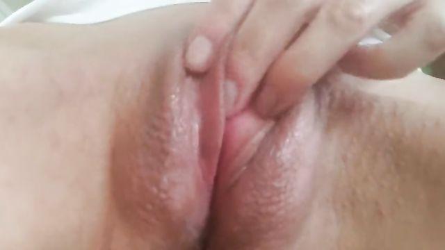 Сочная киска, большой клитор и мастурбация крупным планом