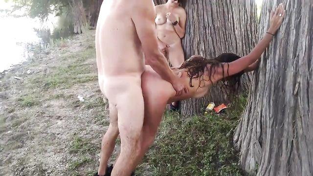 Зрелый мужик жестко прет подругу у дерева на глазах жены