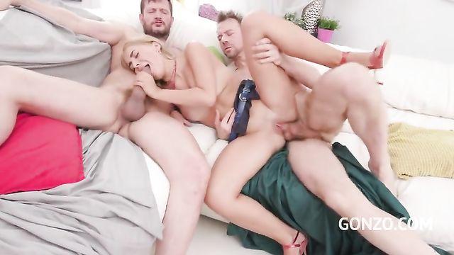 Милую блондинку дерут во все щели жестко 2 члена
