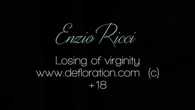 Прощание с девственностью молодой девушкой Enzio Ricci