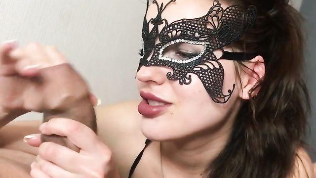 Нестандартный минет в исполнении красотки в маске
