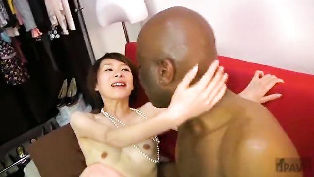 Большой черный член 40 минут терзает худющую азиатку