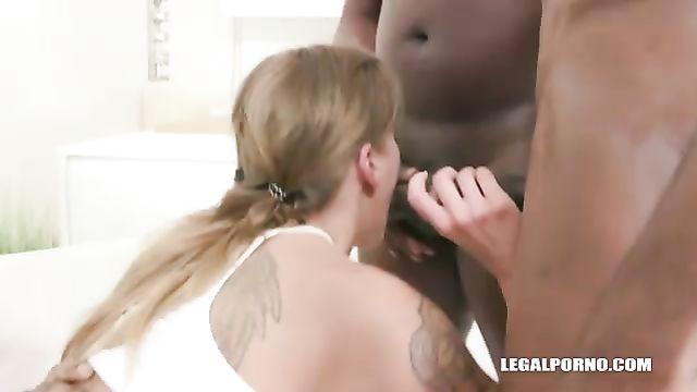 Блондинку дерут во все дыры большие черные члены