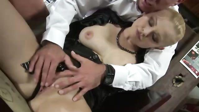 Клиентка ресторана соблазнила официанта на горячий секс