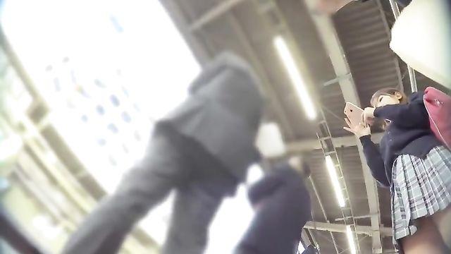 Подглядывание под юбкой скрытой камерой на улице