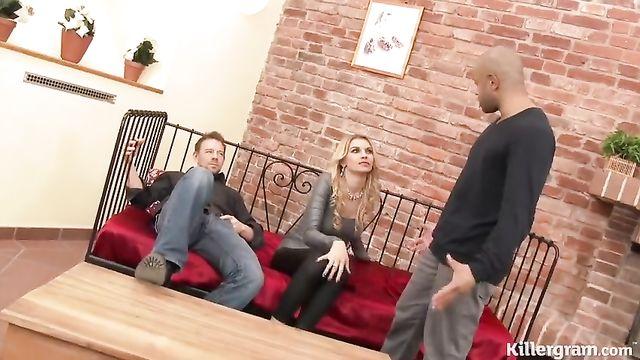 Худую блондинку Карину Гранд жарят 2 больших члена в анал