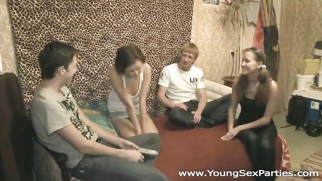 Русское студенческое групповое порно: 2 пары веселятся!