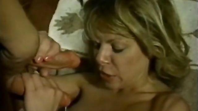 Брюнетка с двумя страпонами трахает блондинку и кончает ей на лицо