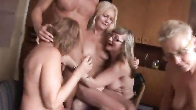 Молодые русские парни трахают на хате пьяных старух потаскух