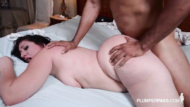 Секс с толстушками: Прокачал очко толстой врачихе