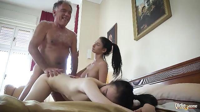 Седой старик на старость поимел двух молодых красоток