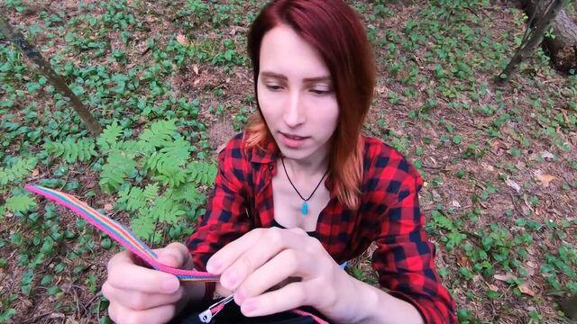 Секс с превосходной попкой в лесу у костра на природе...