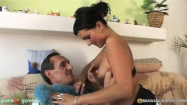 Супружеская пара позвала в гости молодую брюнетку