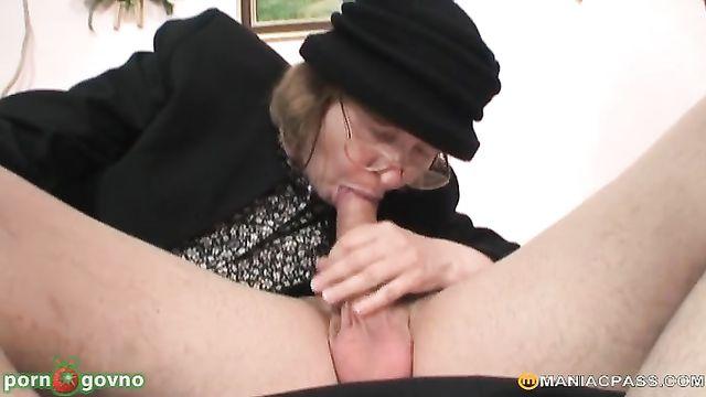 Зрелая парочка соблазняет на секс молоденькую блондинку