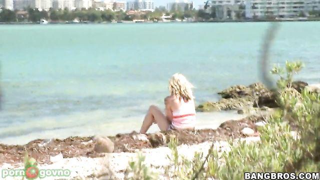 Отдыхала на берегу озера и получила большой член в жопу