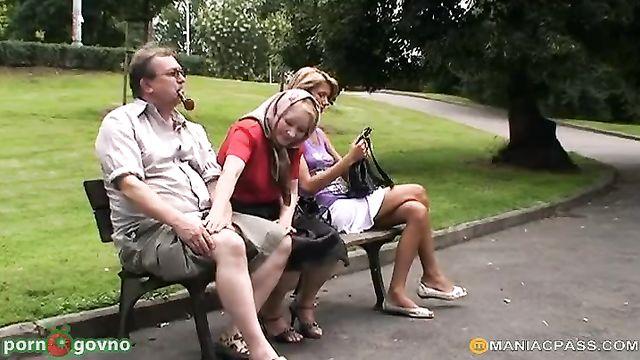 Дед с бабкой соблазнили на секс случайную прохожую девушку
