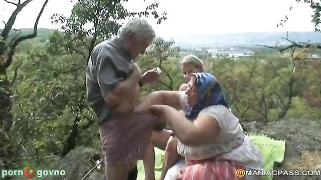 Молодая продавщица мюслей соблазнила стариков на секс втроем